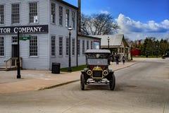 Dearborn MI, usa,/- 04 21 2018: Ford t model w greenfield wiosce obok pierwszy stary oryginał odbudowywającej ford motor firmy obrazy stock
