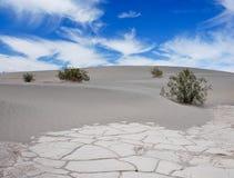Death Valley沙子、天空和云彩 库存图片