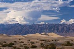 Death Valley öken- och berglandskap Arkivfoton