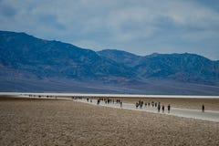 Death Valley 访问死亡谷的人们 库存照片