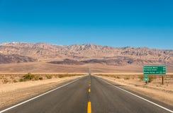 Death Valley, California - vacie el camino infinito en el desierto Foto de archivo libre de regalías