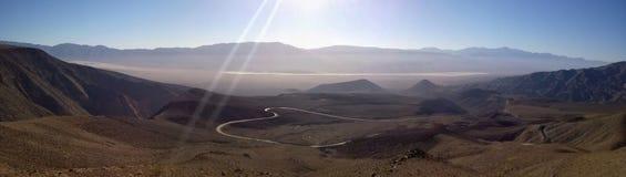 Death Valley ensam vägpanorama Arkivbilder