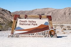 DEATH VALLEY KALIFORNIEN: Tecken för den Death Valley nationalparken på en mulen sommardag royaltyfri foto
