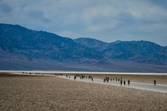 Death Valley LEUTE, DIE DEATH VALLEY BESICHTIGEN stockfoto