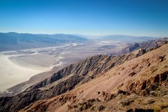 Death Valley nationalpark under molnfri varm dag Royaltyfri Bild