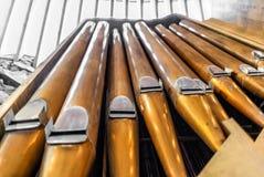 Deatil de l'organe majestueux dans l'église de roche de Temppeliaukio image libre de droits