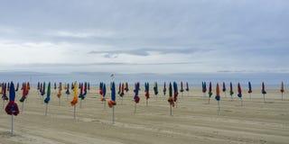 Deauville-Strand auf einem bewölkten Morgen, Normandie, Frankreich lizenzfreie stockfotos