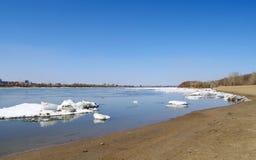 Debâcle op rivier Irtysh Omsk Rusland stock afbeelding