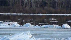 debacle Isdriva på floden isflötevår eller tidig vinter stock video
