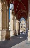 Debajo de arcos ayuntamiento en Efrurt, Thuringia, Alemania imagen de archivo