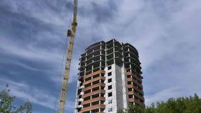 Debajo de casa de la construcción en fondo del cielo azul escena Vista del edificio residencial bajo construcción con la grúa metrajes