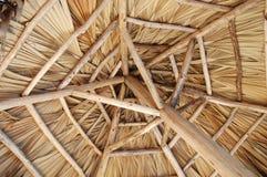 Debajo de choza tropical de la cabaña fotos de archivo libres de regalías
