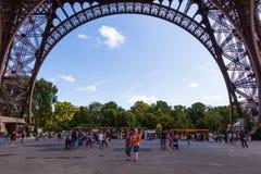 Debajo de Eiffel Foto de archivo libre de regalías