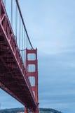 Debajo de Golden Gate en el amanecer Imagenes de archivo