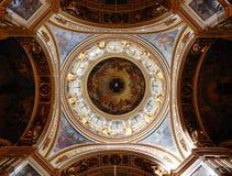 Debajo de la bóveda de la catedral del ` s del St Isaac en St Petersburg imagen de archivo libre de regalías