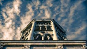 Debajo de la perspectiva de la visión de la iglesia del campanario de Santo Domingo, La Serena, Chile fotografía de archivo