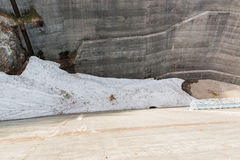 Debajo de la presa de Kurobe, una pieza de la ruta alpina de Tateyama Kurobe Foto de archivo libre de regalías