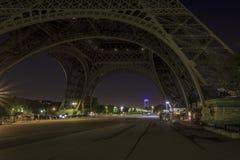 Debajo de la torre Eiffel sin las muchedumbres Imagen de archivo