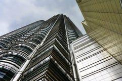 Debajo de las torres gemelas de Petronas Imagen de archivo libre de regalías