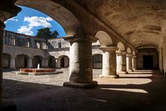 Debajo de los arcos del patio del monasterio de los capuchones en Antigua de Guatemala, Guatemala imagenes de archivo