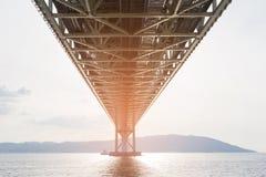 Debajo de puente colgante de acero sobre el océano foto de archivo libre de regalías