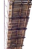Debajo de puente colgante de madera viejo Foto de archivo