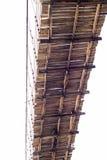 Debajo de puente colgante de madera viejo Imagen de archivo libre de regalías
