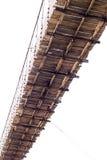 Debajo de puente colgante de madera viejo Fotografía de archivo libre de regalías