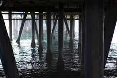 Debajo de Santa Monica Pier Fotos de archivo libres de regalías
