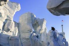 Debajo de un glaciar que pasa por alto el cielo azul y la bandera americana Imágenes de archivo libres de regalías