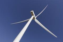 Debajo de un molino de viento Fotos de archivo libres de regalías