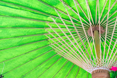 Debajo de un paraguas verde Imágenes de archivo libres de regalías