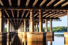 Debajo de un puente Foto de archivo