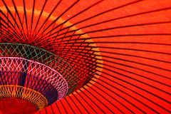 Debajo de una sombra - extracto del paraguas - colores y líneas Imágenes de archivo libres de regalías