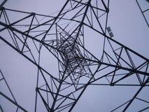 Debajo de una torre de la red Imágenes de archivo libres de regalías