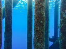 Debajo del agua de la línea del tubo de petróleo y gas Imagen de archivo