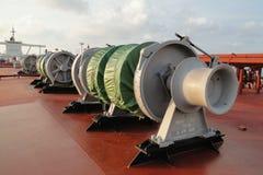 Debajo del cielo azul y de las nubes blancas, la navegación a través del buque de petróleo, VLCC del mar combinó Imagen de archivo