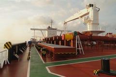 Debajo del cielo azul y de las nubes blancas, la navegación a través del buque de petróleo, VLCC del mar combinó Foto de archivo