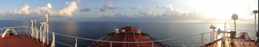 Debajo del cielo azul y de las nubes blancas, la navegación a través del buque de petróleo, VLCC del mar combinó Imágenes de archivo libres de regalías