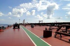 Debajo del cielo azul y de las nubes blancas, la navegación a través del buque de petróleo, VLCC del mar combinó Imagen de archivo libre de regalías