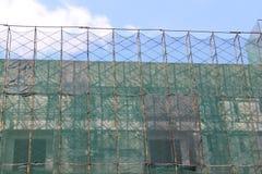 Debajo del edificio de la construcción con el cielo Fotografía de archivo libre de regalías