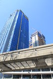 Debajo del edificio de la construcción con las pistas de Lrt Fotos de archivo libres de regalías