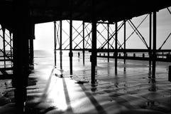 Debajo del paseo marítimo Imagenes de archivo