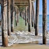 Debajo del paseo marítimo abajo por el mar Foto de archivo libre de regalías