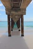 Debajo del paseo marítimo Pier Barbados imagenes de archivo