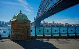 Debajo del puente del puerto en Sydney, Australia Imagen de archivo libre de regalías