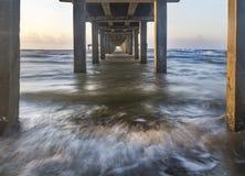 Debajo del puerto Aransas Pier Mustang Island Texas Imagen de archivo