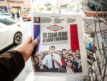 Debat grande Emmanuel Macron na imprensa da compra do homem do POV do jornal da libertação imagem de stock