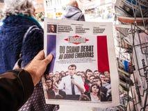 Debat grande Emmanuel Macron na imprensa da compra do homem do POV do jornal da libertação foto de stock royalty free