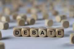 Debatt - kub med bokstäver, tecken med träkuber arkivfoton
